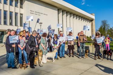 Kundgebung gegen Hundeverbot am Schlachtensee