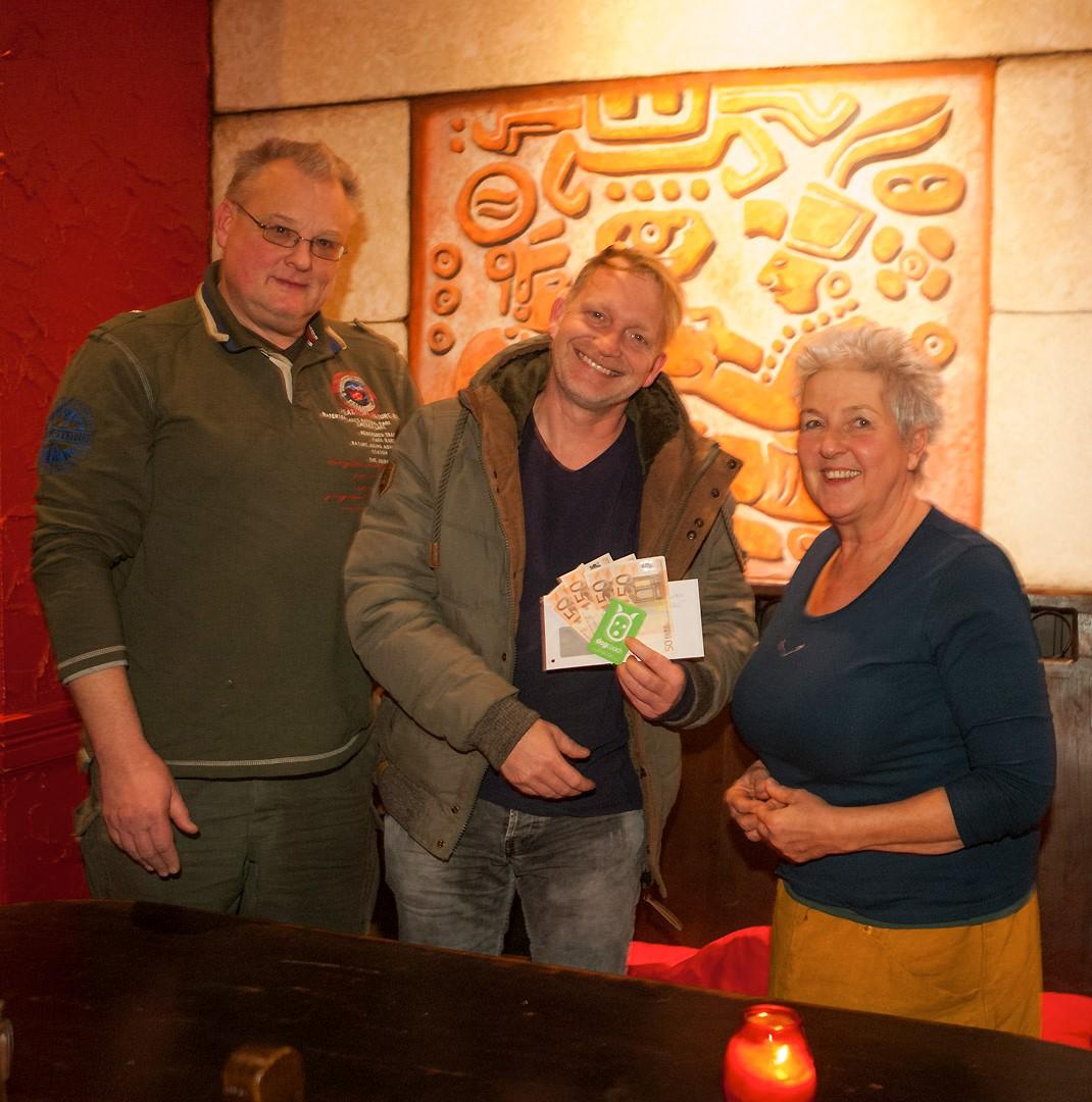 Dogcoach Enrico Lombardi übergibt eine Spende an die Bürgerinitiative Berliner Schnauzen e.V.
