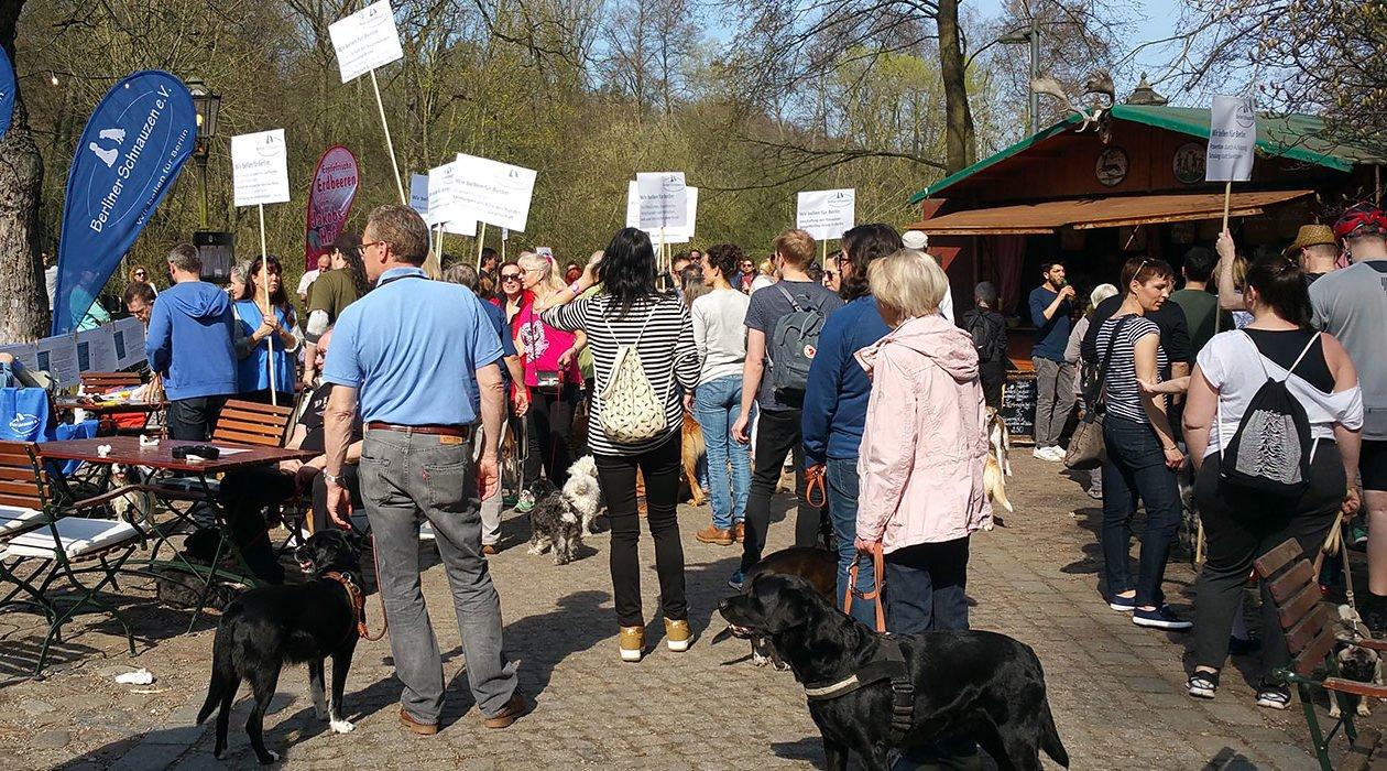 Demonstrierende Menschengruppe