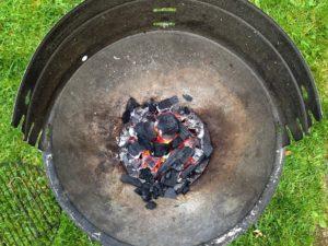 Blick auf eine Grillschale mit glühender Kohle